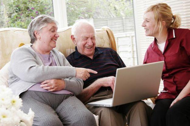 Facebook, il social anche a 80 anni: due nonne sulla rete [VIDEO]