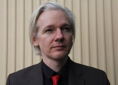 Julian Assange accusa Facebook di spionaggio governativo