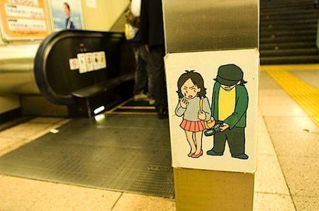 i maniaci giapponesi usano i cellulari per vedere sotto la gonna