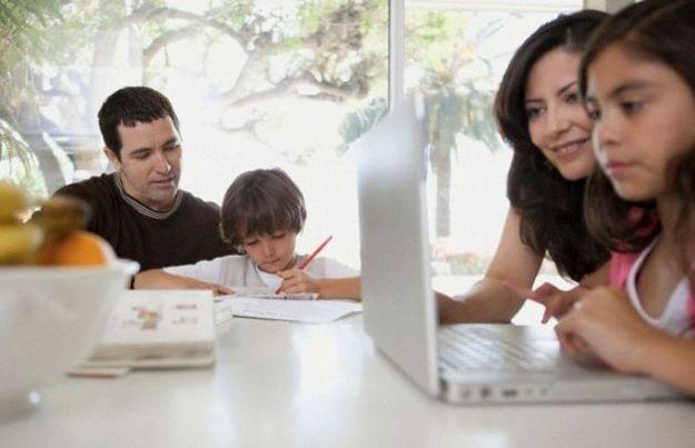 Per un post su Facebook non gradito il padre distrugge il PC della figlia