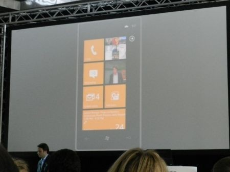 Windows Phone Mango: online