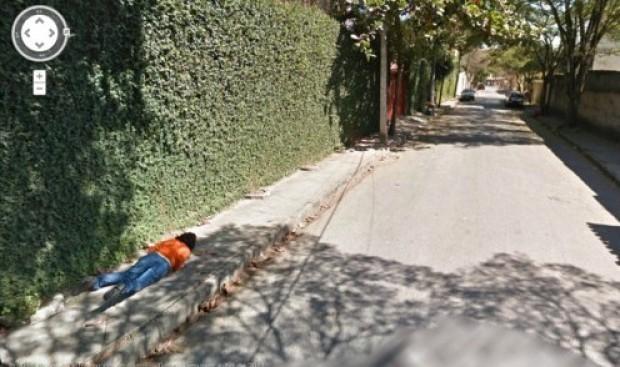 Google Street View: donna caduta