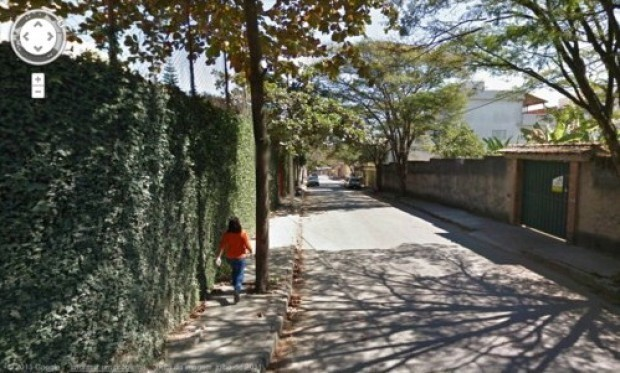 Google Street View: donna cammina