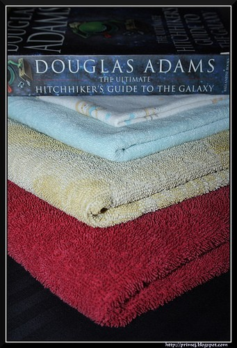 Towel Day con il libro di Adams
