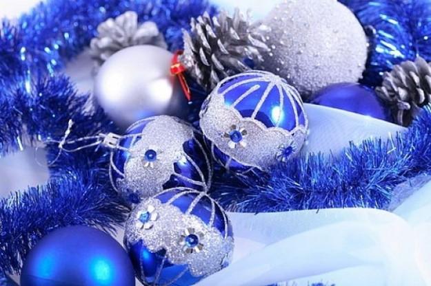Palline di Natale blu e bianche
