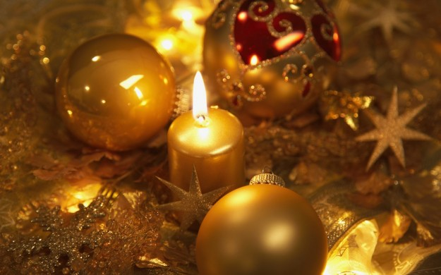 Palline gialle e candele