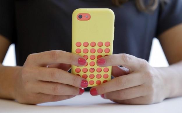 iPhone 5C rosso con custodia gialla